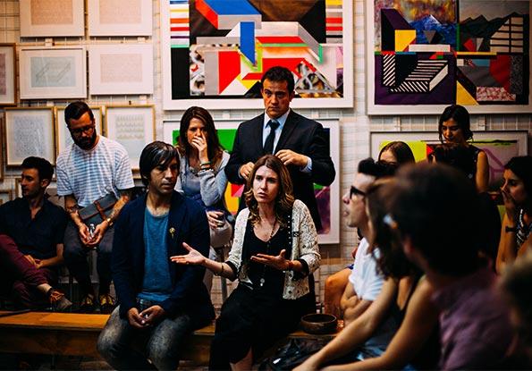 Grupo de profesionales estudiando inglés